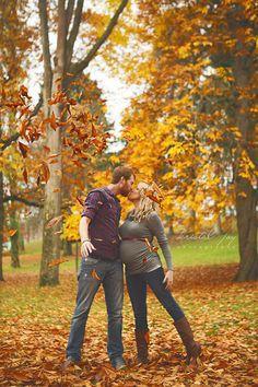 Autumn pregnancy photo idea