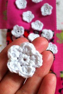 Cias Små Ting: Virkad blomma med mönster.