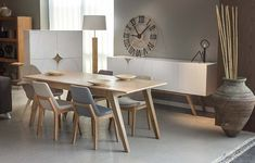 """Yemek odası modelimiz """"retro moms"""" sizler ile, bu özel model meşe ağacının ham görüntüsü ve beayaz ipek mat lake şık uyumu ile retro tasarımlardan esinnerek ortaya çıkartılmıştır, """"retro moms"""" retro yemek odası takımı 3 parça ile sunuluyor; konsol, masa, ve büfesi ile tam bir retro yemek odası takımı olan """"retro moms"""" da yapabileceğiniz değişiklikler için müşteri temsilciniz ile görüşebilirsiniz. Archidecors özel üretim bandı ile çoğu mobilya üzerinde değişiklik yapma imkanı sunuyor, bu…"""