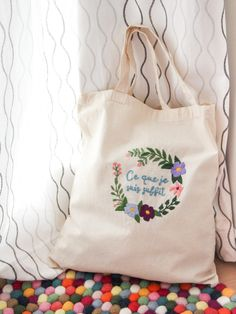 """Mes premières broderies : tote bag brodé """"Ce que je suis suffit"""" (kit @ciloubidouille) #broderie #embroidery #modernembroidery #broderiemoderne #cequejesuissuffit Reusable Tote Bags, Passion, Kit, Couture, Beginner Embroidery, Modern Embroidery, Haute Couture"""