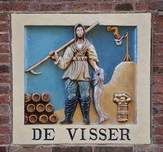 """Sinds 1984 Binnen Wieringerstraat 28. Voorheen Grote Houtstraat 25 Hoewel de erven in de Grote en Kleine Houtstraat al in 1642 door Burgemeesteren en Thesaurieren werden uitgegeven, is de vroegste vermelding van ons pand, op het eind van de Grote Houtstraat, pas van 1706. Het betreft een koop/verkoopakte van een 'huis en erf, waar """"De Visscher"""" in de gevel staat, in de Houtstraat z.z.' (=zuidzijde). Huis en erf worden verkocht door de koopman Joannes Tijm en de medicine doctor Jacobus…"""