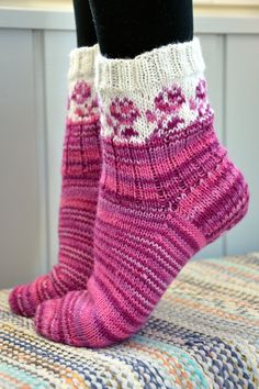 KARDEMUMMAN TALO Lace Socks, Wool Socks, Knitting Socks, Cabin Socks, Winter Socks, Mittens Pattern, Colorful Socks, Fashion Socks, Sock Shoes