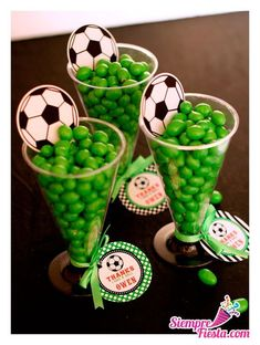 Sport football/soccer party favours - fill with sweets of your team colours! Soccer Party Favors, Soccer Birthday Parties, Sports Theme Birthday, Football Birthday, Soccer Centerpieces, Soccer Treats, Soccer Banquet, Sports Party, Impreza
