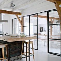 cloison amovible ikea, meubles d'intérieur en bois clair chaises de bar, sol en lino gris