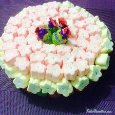Aprenda a preparar bolo de isopor com balas de goma com esta excelente e fácil receita.  O bolo de isopor decorado é uma sugestão criativa e econômica para apresenta...