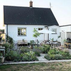 V& baksida p& huset i Simris ligger i s& vilket inneb& sol n& hela dagen men s& h& p& kv& flyttar sig solen till&