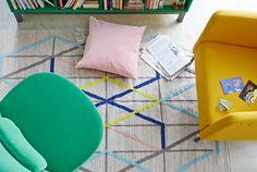 """Blick von oben auf ein Wohnzimmer, u. a. eingerichtet mit STOCKHOLM Drehsessel mit Bezug """"Sandbacka"""" in Grün und flach gewebtem IKEA PS 2014 Teppich in Bunt."""