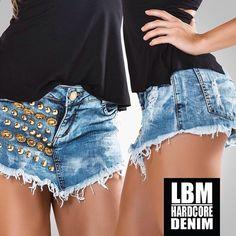 O short-saia jeans GLOSSY STONES é para um look feminino e poderoso! Aposte com t-shirts ou tops coloridos para uma produção cheia de frescor de verão!  Confira todos os novos jeans já no site!  www.labellamafia.com.br  #labellamafia #hardcoreladies #hardcoredenim