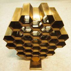 Wabbes Jules (1919-1974) : Rare paire d'appliques, modèle Nid d'abeille, constituée de tube de laiton à section hexagonales | Salle de Vente Saint-Job