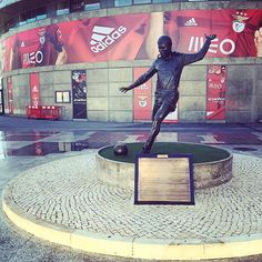Estátua de Eusébio, em frente ao Estádio da Luz.