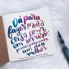 E a arte do primeiro dia do #30diasdehandlettering é da @luaraquaresmafrases  #sorriso #dia #diabom #diamelhor #frase #handlettering #handfont #art #portoalegre #sketchbook #amorderabisco #dia1 Frases Instagram, Brush Lettering, Pints, Journal, Sayings, Tumblers, Words, Bujo, Selfies