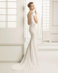 DELHI traje de novia en crep con adorno de pedrería en color marfil.
