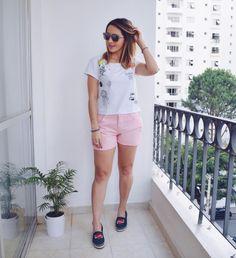 Look básico da vida real: camiseta, short e espadrille.