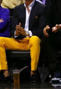 Destaca entre otros civiles elegantes con un blazer azul marino y un pantalón chino amarillo. ¿Por qué no ponerse mocasín con borlas de cuero negro a la combinación para dar una sensación más clásica?