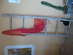 Una vecchia scala sbiancata e ridipinta fa da porta salviette o arredamento shabby chic
