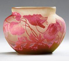 ✨ Emile Gallé - Vase Mohnblüten, um 1920, signiert. Farbloses Glas mit roséfarbenem und grünem Überfang, umlaufendes mattiertes Ätzdekor. H 12,5 cm