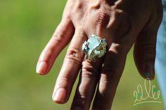 pras noivas que gostam de SOLITÁRIOS diferentes: ANEL RAIZ DAS ÁGUAS #225 anel em prata com design extremamente orgânico e uma única água marinha bruta. Você sabia que os antigos gregos tinham a água marinha como símbolo do amor e sorte no matrimônio? Perfeito ter um solitário assim pra chamar de seu! Temos também a versão em esmeralda safira ou rubi. Qual combina mais com seu estilo? :D  #asjoiasdarainha #designexclusivo #joiasdeautor #designjoias #jewelry #jewelrydesign #fashionjewelry…