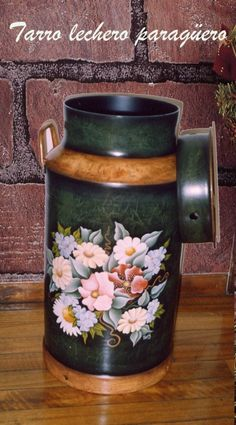 Tarro lechero decorado China Painting, Tole Painting, Painted Milk Cans, Old Milk Cans, Vintage Milk Can, Flower Bottle, Metal Containers, Decoupage, Milk Jug