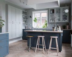 Blue, green and grey kitchen, Scandinavian style, shaker, two-tone. Blågrönt kök, skandinavisk stil, shakerkök och tvåfärgat.