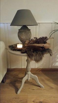 Lamp bewerkt met muurvuller, tafeltje geschilderd met krijtverf.