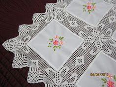 Artık sonbahara girdik. Ramazan ayı bitince düğünler de arka arkaya yapılıyor. İşlerimin yoğunluğu ve tatil sebebi ile ancak fotoğrafladığım... Crochet Motifs, Filet Crochet, Crochet Doilies, Crochet Flowers, Crochet Lace, Crochet Tablecloth, Linen Tablecloth, Diy Crafts Images, Log Cabin Quilts