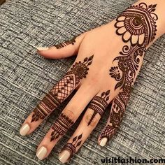 Mehndi henna designs are always searchable by Pakistani women and girls. Women, girls and also kids apply henna on their hands, feet and also on neck to look more gorgeous and traditional. Henna Hand Designs, Eid Mehndi Designs, Modern Henna Designs, Mehndi Designs Finger, Simple Arabic Mehndi Designs, Mehndi Designs For Girls, Mehndi Designs For Beginners, Mehndi Design Photos, Mehndi Designs For Fingers