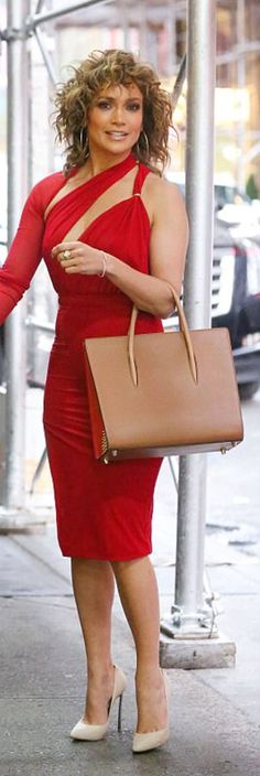 Who made Jennifer Lopez's brown tote handbag, gold jewelry, tan pumps, and red cut out dress?