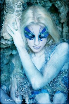 """Hues of blue with feathers and crystal accents.  """"Makemeunderwaterup"""" von Arthemis Maskenbild"""