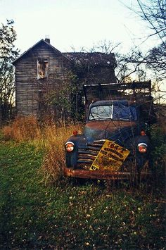 ♂ Aged with beauty Abandoned rusty old truck outside and old farm house Clyde, OH Abandoned Buildings, Abandoned Houses, Abandoned Places, Old Houses, Abandoned Vehicles, Abandoned Ohio, Abandoned Castles, Pompe A Essence, Famous Castles
