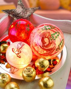 """Weihnachtliche Leuchtkugeln (Idee mit Anleitung – Klick auf """"Besuchen""""!) - Das leuchtende Innenleben der Weihnachtskugeln tauchen den Tisch in ein edles Licht!"""