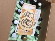 Review Beer in a Box door Foodinista - Biertjes ontdekken en proeven vind ik altijd leuk. Wellicht ben je daar al achter. Alleen komt het er bij mij meestal op neer dat ik voor het proeven de deur uit ga. Zoals een bierfestival in Gent, een bier spijs diner in Leuven of een biercafé in Amsterdam. Beer in a box maakt het allemaal iets gemakkelijker en dat is leuk! Misschien ken jij ook wel bierliefhebbers. Waarbij de liefde verder gaat dan een pilsje, de standaard speciaal biertjes en zij zich gr Fans, Beer, Root Beer, Ale