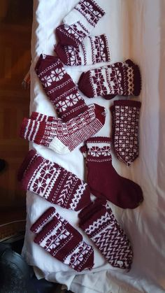Lv Mittens, Christmas Stockings, Knitted Hats, Socks, Holiday Decor, Home Decor, Fingerless Mittens, Knit Hats, Homemade Home Decor