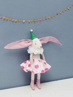Das ist schön Bunny Girl.  Hängen Sie ihr neben einem Bett, oder platzieren Sie sie auf einem Bett.  Ideal für Kinder und Erwachsene.  Er ist 37 cm lang vom Kopf auf die Beine.
