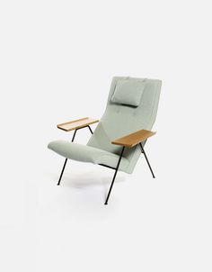 Originally designed in 1952 by British iconic designer Robin Day and re-launched in 2011 by UK retailer Twentytwentyone, Reclining Chair is a classic and Outdoor Chairs, Outdoor Furniture, Outdoor Decor, Robin Day, Slipper Chairs, Sun Lounger, Recliner, Icon Design, Cheers