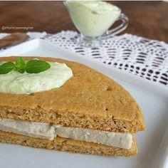 Bom diaaa 😄❤ com pão de batata de frigideira 😍. Esse pao ficou uma delicia! Suuuuper macio. Comi com recheio de queijo de amendoas (receita aqui no insta) e requeijão saudavel temperado (receita estará no próximo ebook). Misture todos esses ingredientes até que fique um creme homogêneo: 2 cs de pure de batata, 1 ovo, 1ccafe bicarbonato (ou fermento em pó), 1 cs polvilho azedo, 1 cs de farinha de arroz, 1 cs de amaranto em flocos (ou linhaça, chia), pitada de sal. Coloque em frigideira…
