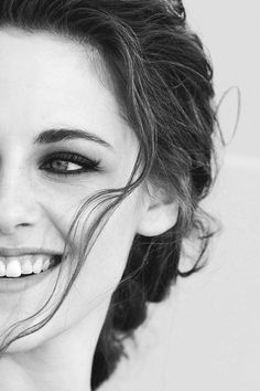 Kristen Stewart is actually very pretty when she smiles :)