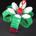 Recycle art, flower, made of a colourful empty bottle, plastic spoons and hair grips. Great kids art and craft idea! get inspired at Studio Jean recycle club for kids. www.studiojean.nl