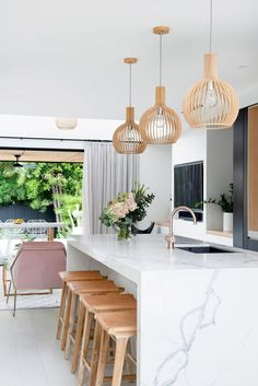 Home Interior Decoration Chic Modern Kitchen with Marble Countertop Interior Decoration Chic Modern Kitchen with Marble Countertop Style At Home, Salas Home Theater, Room Interior, Interior Design, Interior Livingroom, Interior Ideas, Kitchen Pendant Lighting, Pendant Lights, Wood Pendant Light
