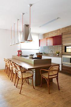 O piso laminado reveste toda a área da cozinha Kitchen Dining, Kitchen Decor, Küchen Design, Beautiful Kitchens, Kitchen Styling, House Rooms, Kitchen Interior, Home Kitchens, Kitchen Remodel