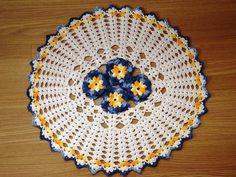 Tapete confeccionado em barbante cru 100% algodão de excelente qualidade,flores confeccionadas com fio multicolorido.Ele é meio oval,é uma peça muito bonita e feita com o mais completo capricho.As flores são em alto relevo e podem ser confeccionadas na cor preferencial. R$ 45,00