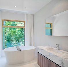 meuble de rangement en bois massif, baignoire îlot blanc neige et éclairage LED intégré