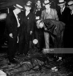 United States, 1930, In the heart of New York, Gangster Moe Horowitz shot dead by a profesional killer, suspected of having given information to the police.