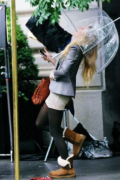 Apparently Blake Lively als changed into uggs when not shooting at the moment like Leighton Meester did during their Gossip Girl days. Love that iconic bubble umbrella!!!!!!  Pensamento do dia ♥