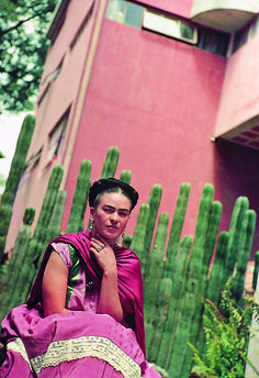For 10 years, photographer Nickolas Muray and artist Frida Kahlo had an affair. During this time, Muray shot a colorful collection of Frida Kahlo photos. Diego Rivera, Natalie Clifford Barney, Frida E Diego, Frida Art, Selma Hayek, Nickolas Muray, Work In New York, Mexican Artists, Best Friend Tattoos