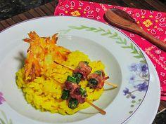 Risoto de açafrão com espetinho de quiabo e bacon