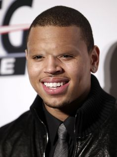 Chris Brown with No Eye Brows! He looks like an alien People With No Eyebrows, Celebrities Without Eyebrows, Chris Brown Videos, Chris Brown Pictures, Bad Eyebrows, How To Trim Eyebrows, Eye Brows, Rihanna, Musica