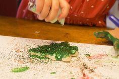 Weihnachtsbaumschmuck basteln kindern-salzteig-bemalen-gruener-glitzer