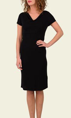 De perfecte basic jurk, geschikt voor elke gelegenheid. Het model zit aangesloten, wat is geaccentueerd door de coupenaden. De jurk heeft een waterval hals en een brede tailleband. De stof voelt glad aan en is licht rekbaar.