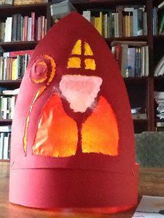 """Sint Nicolaas en zijn Maatjes; Knutsel voor beginners: Een Toffe Sinterklaasmijter. Quote; """"Willemijn won zondag een prijsje in de schouwburg met haar zelfgemaakte sinterklaasmijter. Gelukkig kregen we hem terug, staat nu met een lichtje erin op onze tafel."""" Wij vinden hem helemaal Top, deze mijter!"""