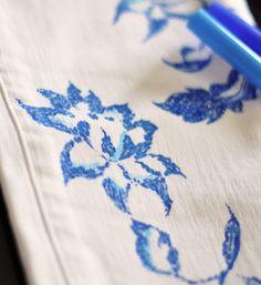 Oi, Gente MaraviLinda! Tudo bom? Ontem passeando pelo Pinterest (para quem não sabe, tenho conta lá com muitas inspirações: Pinterest BlogSNC), achei DIY 5 Jeans Customizados fáceis e lindos! Então resolvi compartilhar com vocês caso queiram dar aquele UP naquele jeans surrado, velho e que está encostado dentro do guarda-roupa. Eu amo o faça você mesmo e aqui mesmo no blog já postei um monte de coisa legal. Estas são as 3 publicações que foram mais acessadas: - DIY 5 Blusas Customizadas…
